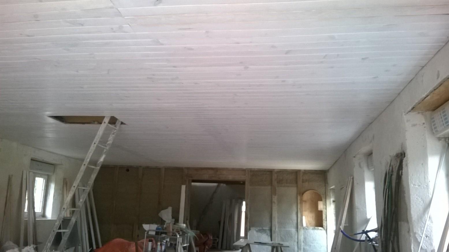 Tous les plafonds sont en lambris en pin, recouverts de 3 couches de peinture