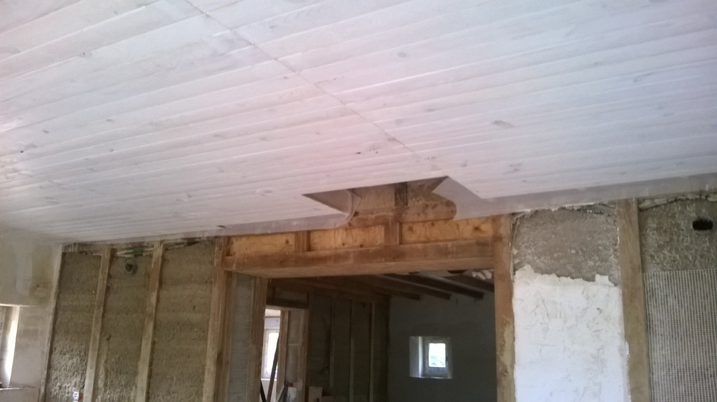 On aperçoit ici le mur de refend en pisé (terre+chaux), recouvert de treillis de verre puis d'un mélange chaux/plâtre/sable
