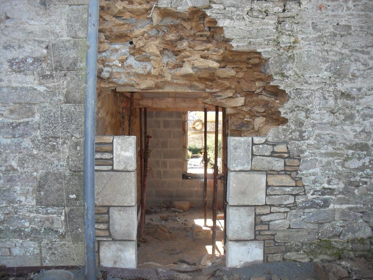 Ouverture de la porte arrière et pose des pierres d'angle ...