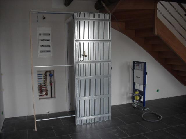 Installation des WC sous l'escalier ...