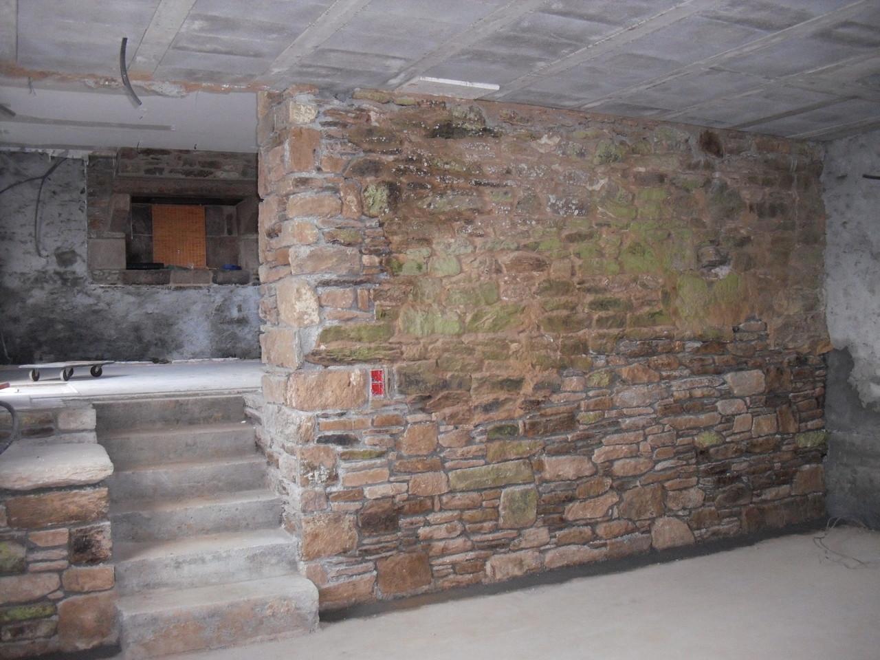 Création de l'escalier, reprise de la maçonnerie en pierres ...