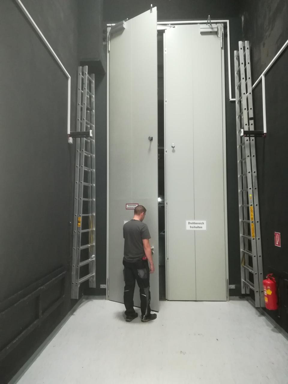 Sonderkonstruktion 2 flügeliges-Drehtor, Ausführung Brandschutz in EI230 C  Schließvorrichtung: Türschließer mit Freilauffunktion, Maß 1200 x 5800mm, Gewicht je Flügel ca. 600 kg
