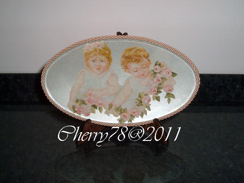 Ovalino di vetro,  acrilico bianco perla, rifinito con cordoncino rosa intorno