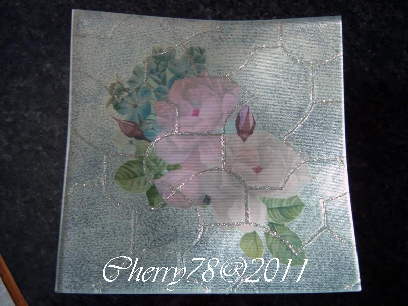 Piatto quadrato con reticolo sottovetro di glitter argento, acrilico bianco perla, finale all'acqua