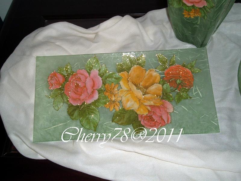 Vassoio rettangolare lavorato sopravetro con carta di riso, fiori contornati con glitter oro, finale cristal duck