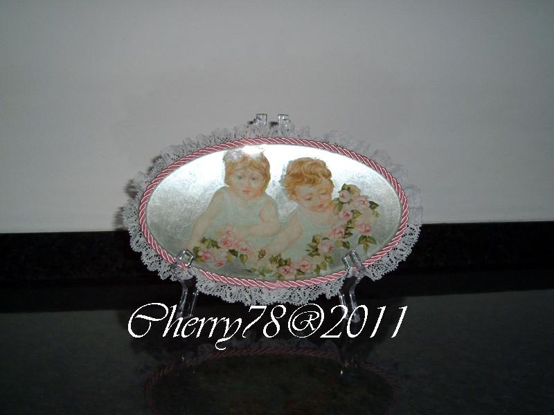 Ovalino di vetro, acrilico bianco perla sotto vetro, rifinito con cordoncino rosa e merlettino