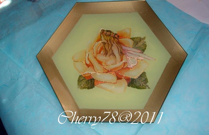 Piatto esagonale, fascia acrilico oro, finitura vernice all'acqua lucida, lavorato sotto vetro