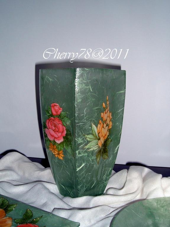 Vaso di vetro lavorato esternamente con carta di riso, fiori contornati con glitter oro, finale cristal duck