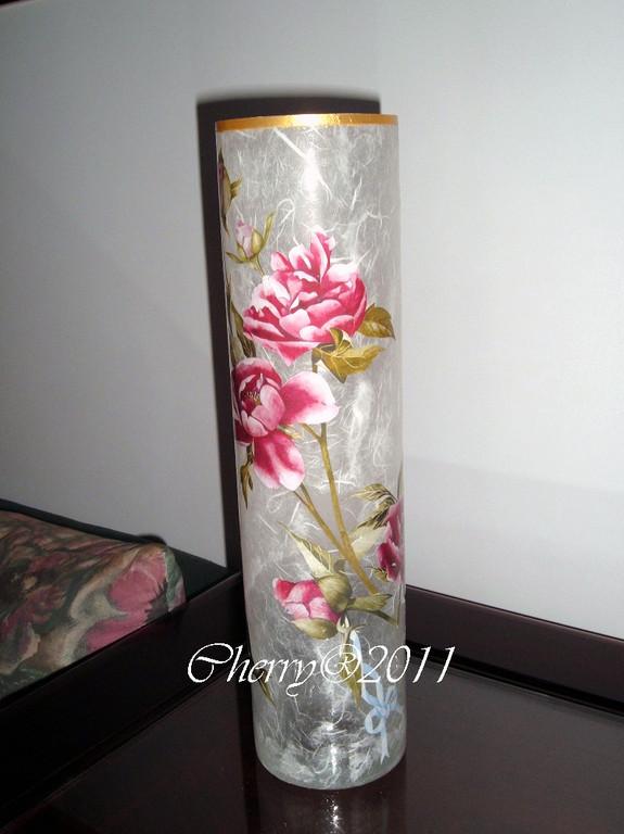 Vaso di vetro alto 45 cm circa, rifinito sopravetro con carta di riso, bordo acrilico oro, finale cristal duck
