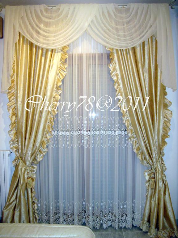 Tenda con calate rifinite con volants nella parte interna e plissè sui lati esterni, nella parte superiore drappeggi romantici e impalbabili