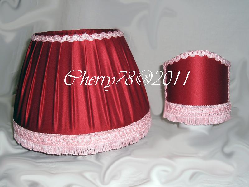 Paralumi rivestiti con stoffa in raso bordeaux e passamaneria rosa coordinati alla tenda