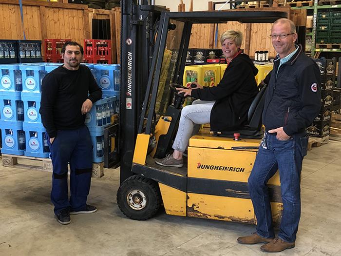 Sandra Janson und Alfred Tafoshi freuen sich gemeinsam mit Vermieter Horst Dickel über den neuen Getränkeservice in der Herrenwiese, der die erhöhte Nachfrage der heimischen Vereine, Gastronomen und Privatveranstalter decken soll.