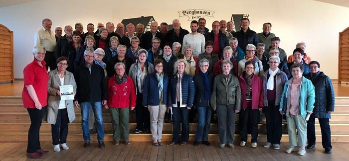 Geschäftsführerin Sandra Janson überrascht den 125. Mitgliedsverein, die Sängerinnen und Sänger der Eintrachtchöre Berghausen, mit einem Material-Gutschein über 125 Euro.