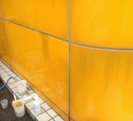 外壁焼付け塗装パネルの黒い雨垂れ・水垢汚れの落とし方