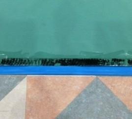 体育館マットのテープ粘着あとの掃除方法