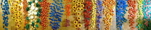 Tri et préparation des bouchons en plastique pour réaliser les fleurs.