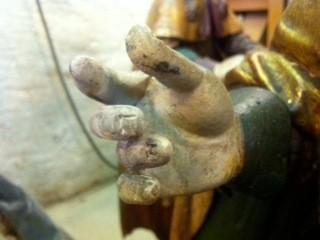 les doigts peints, puis vieillis
