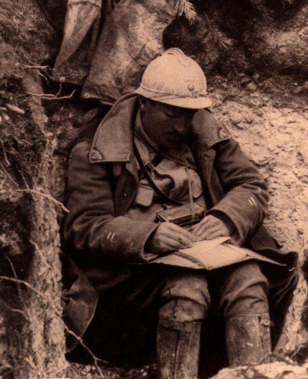 Au fond de la tranché un soldat écrit ?