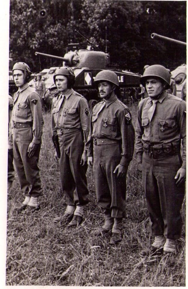En Mai 1945 l'équipage est décoré avec citation, Jean est 1er a gauche