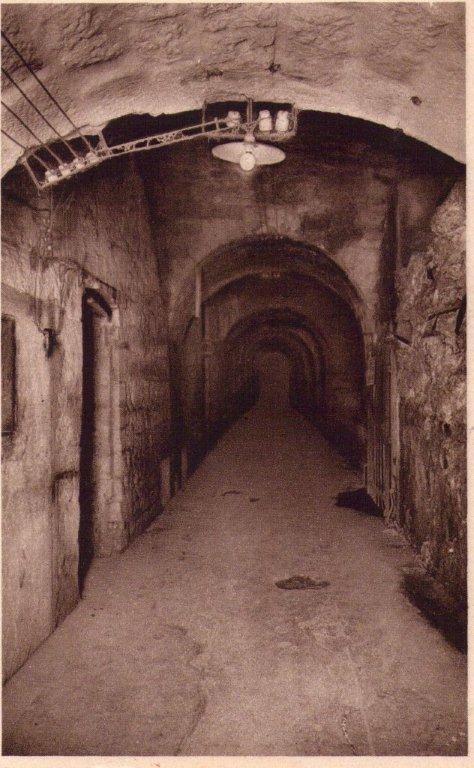 Le Fort de Vaux, (rive droite) occupé par une garnison de 300 hommes hâtivement constituée, est sous les ordres du Commandant RAYNAL Ce Fort va être défendu avec acharnement par ses hommes