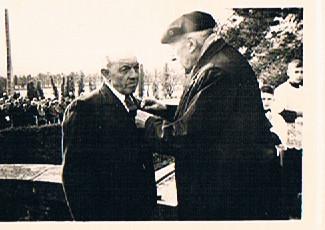 Rremise  de la médaille militaire à Théodore.Angot par le Maire Louis-Gabriel Oberthür: fût blessé au cours de la guerre par un éclat d'obus à une main et perdit l'usage de ses doigts.