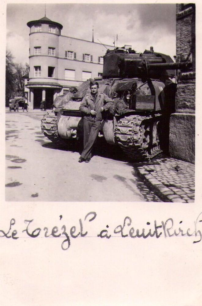 Le 29 avril 1945 attaque de Leuit-Rireh, Le Trézel est posté a un carrefour pour ce protéger en attendant les ordres ont fait la pose