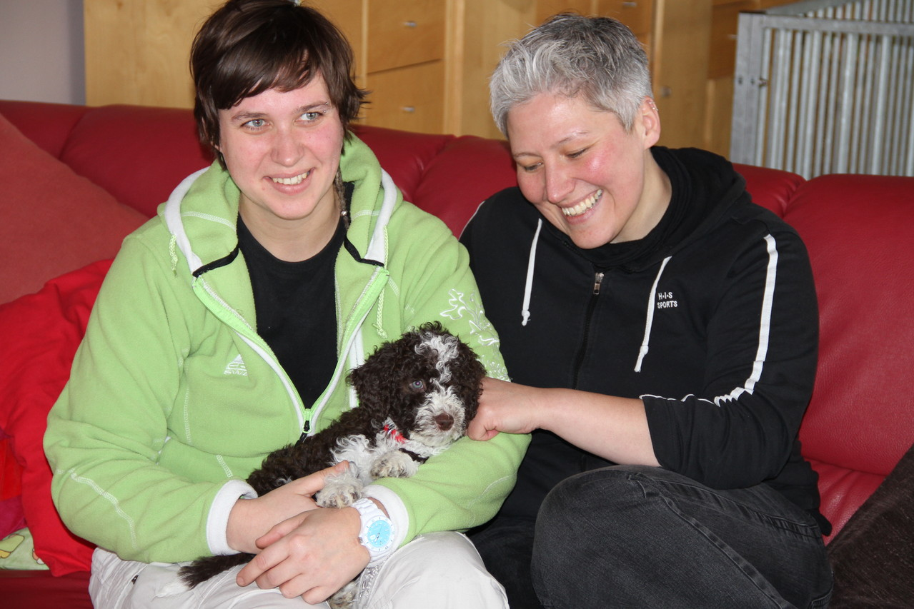 Kati und Almut holen ihr neues Familienmitglied ab...Momo darf Schulbegleithund in Kassel werden...