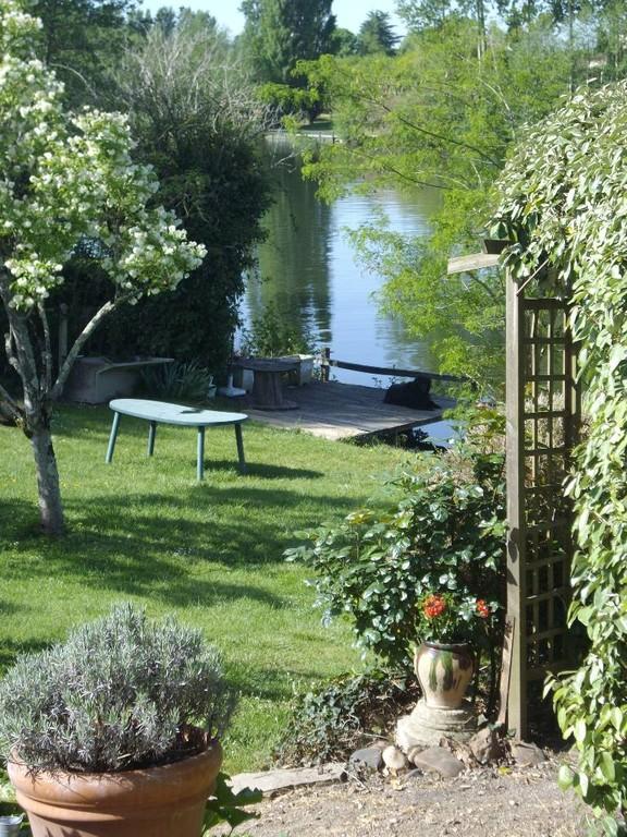 c' est de ce jardin et de ce ponton que vous pourrez taqiner le poisson.....