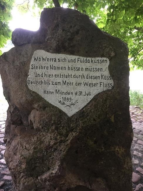 Merkspruch zu den zwei Quellflüssen der Weser (Foto Hannah Beste)