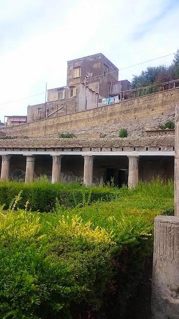 Oben Herculaneum, unten Ercolano - oder umgekehrt?! (Foto Darius Behrouzi)
