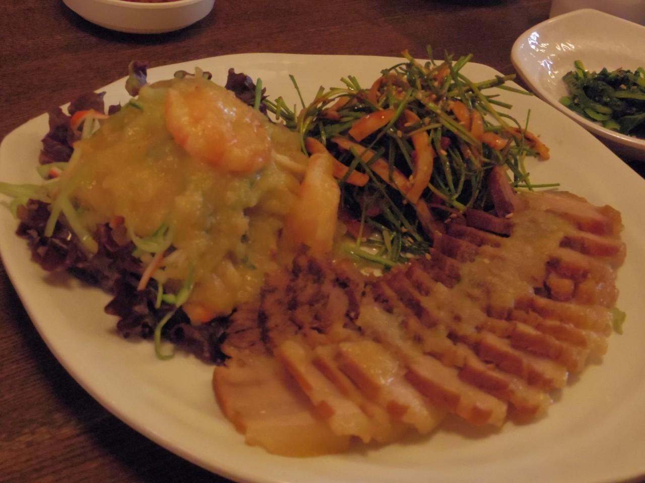 名物のポッサム。豚肉に酢味噌と野菜のハーモニー♪
