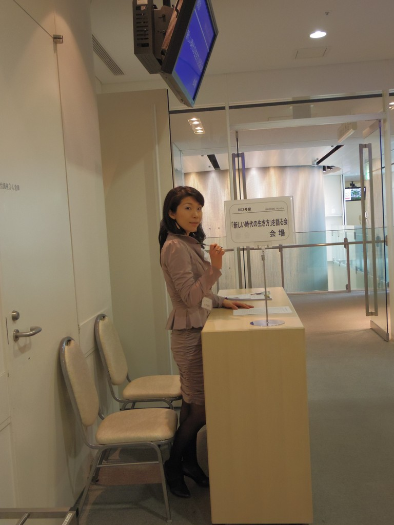 受付嬢は次回開催されるイベントの講師でもあり女医でもある土井さん♪