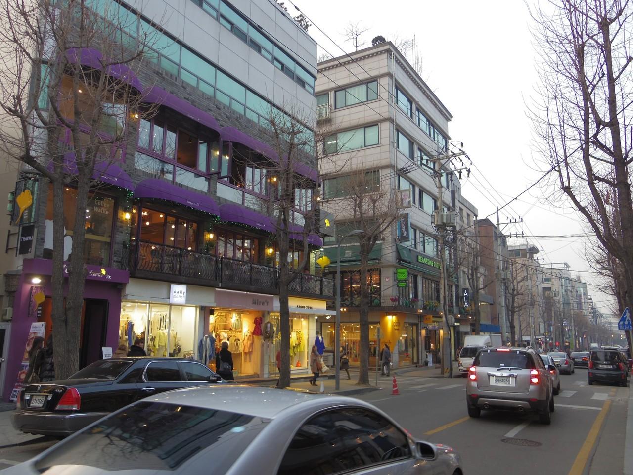 同じく江南のカロスキル(街路樹)通り。若者向けのブランドショップがならんでました。