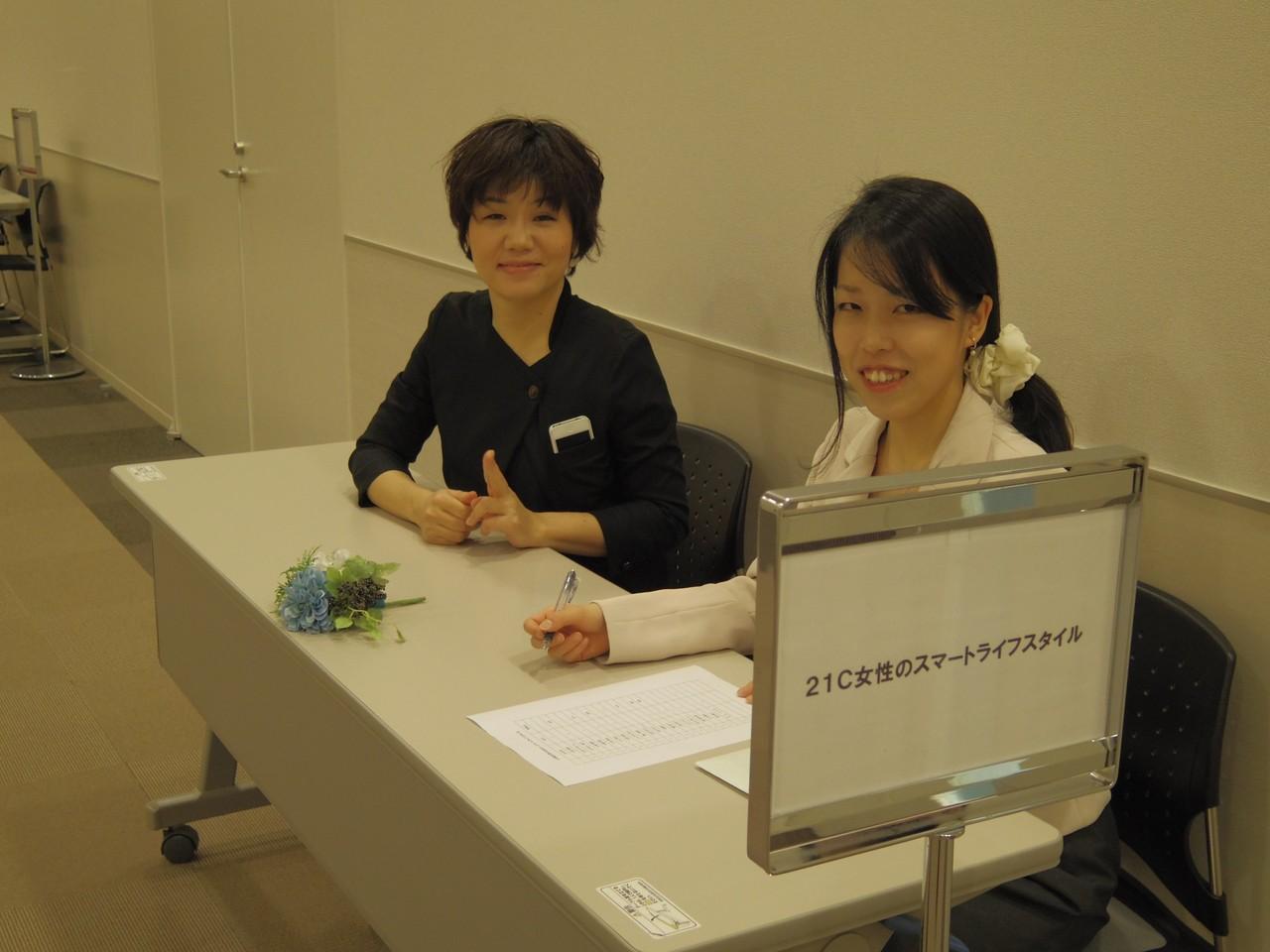 受付嬢はKANSAI FIELDの戸松さんと小水さん。