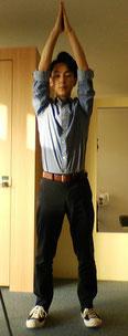 背中の肩甲骨の痛みを改善するストレッチ