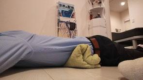 腰椎椎間板ヘルニアで仰向けが痛い奈良県御所市の男性