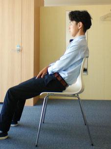 奈良県御所市の座ると腰椎椎間板ヘルニアで腰が痛い男性