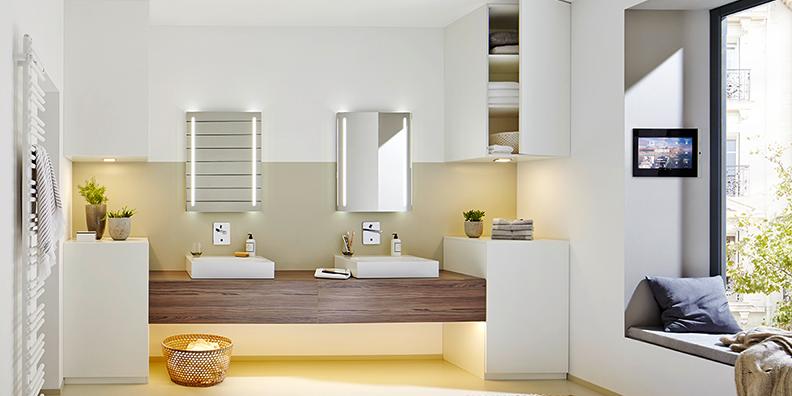 Kleines Bad ganz groß - Lücken und Nischen stilvoll gefüllt mit Möbeln nach Maß (Melamin weiß in Kombination mit Pompeji Wood)