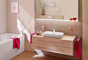 Badgestaltung - schlichte Armaturen und edle Möbel in Holzoptik (Melamin Eiche sahara) geben Behaglichkeit