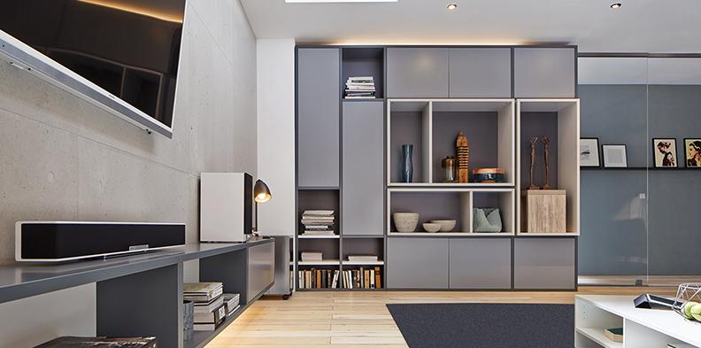 Wohnwand mit zweifarbiger Lackierung und Push2Open, perfekter Look für das perfekte Smarthome,