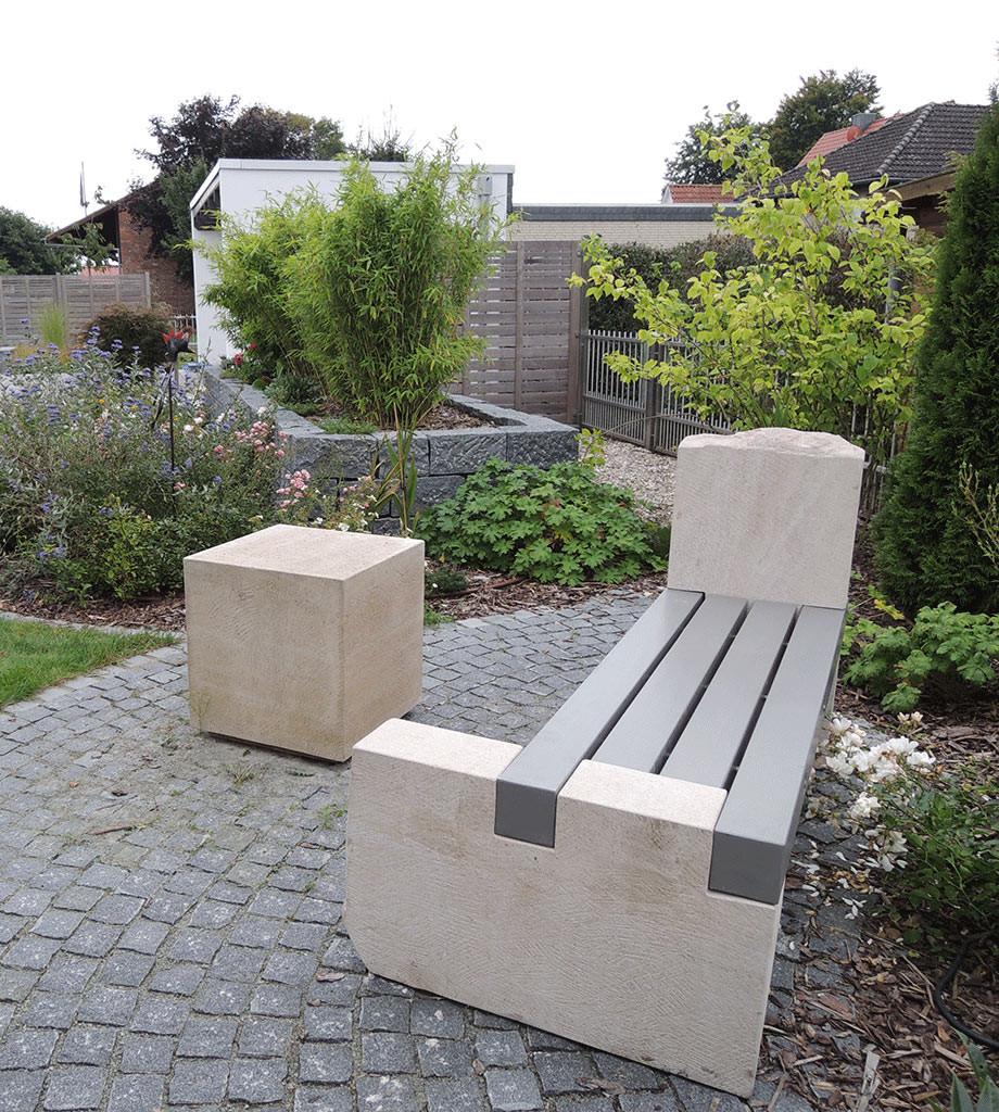 Gartenbank aus Thüster-Kalkstein und einem farbig lasiertem Leimbinder aus Douglasie.  Für die farbige Lasur sind div. Farbtöne möglich.  Gerne zeigen wir Ihnen Farbbeispiele. Die Sitzhölzer sind mit V2a Edelstahl zusammengefügt.