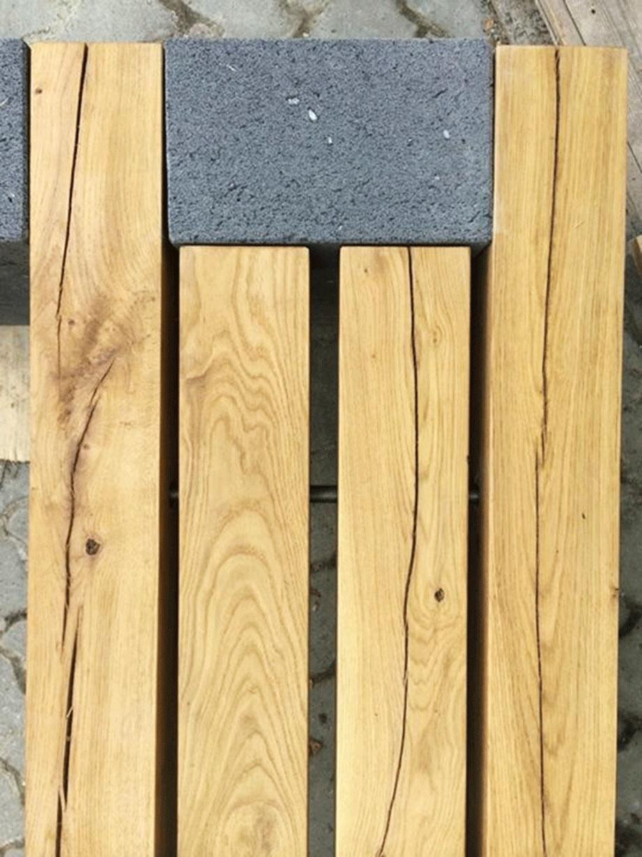 Gartenbank aus Lava-Basalt und Eiche geölt. Die Sitzhölzer sind mit V2a Edelstahl zusammengefügt.