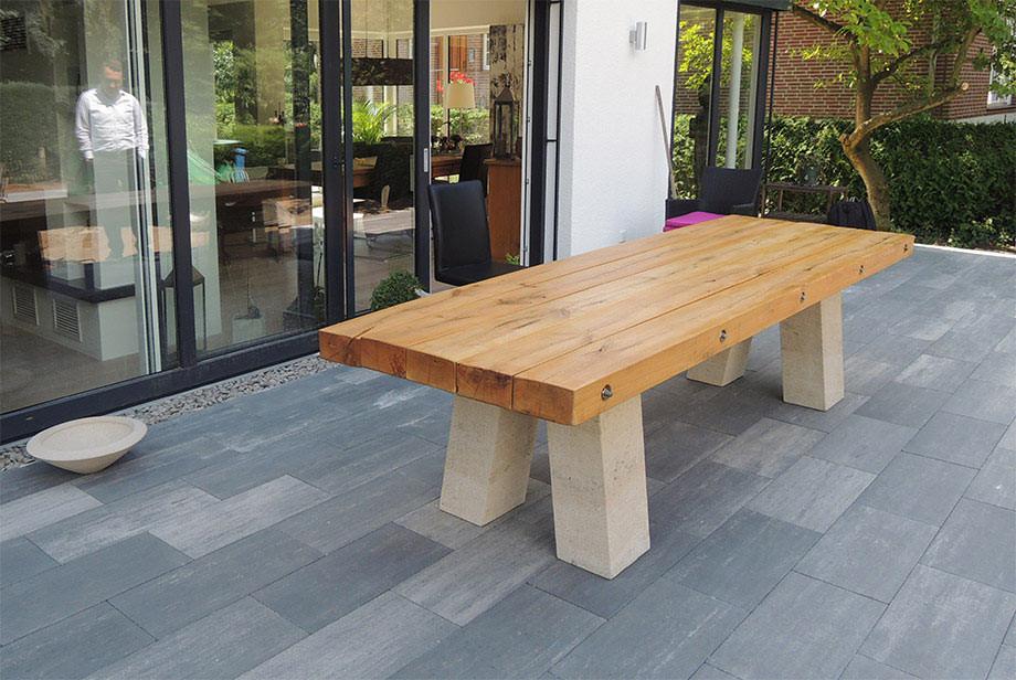 Der hier abgebildete Tisch besteht aus Eichenbalken, die mittels V2a Edelstahl auf zwei Tischfüssen aus Thüster-Kalkstein zusammengefügt wurden.