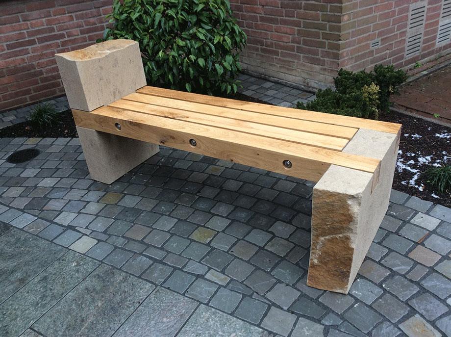 Gartenbank aus Thüster-Kalkstein und Eichenholz geölt. Die Sitzhölzer sind mit V2a Edelstahl zusammengefügt.
