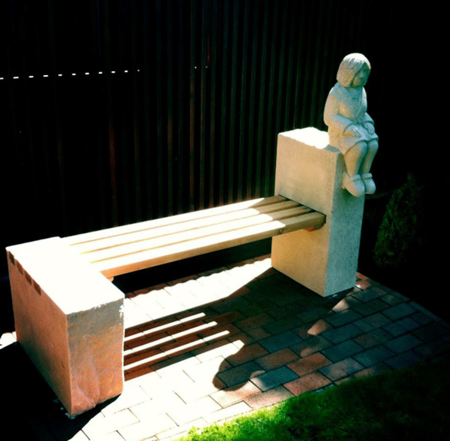 Gartenbank aus Thüster-Kalkstein und Lärchenholz geölt. Die Sitzhölzer sind mit V2a Edelstahl zusammengefügt.