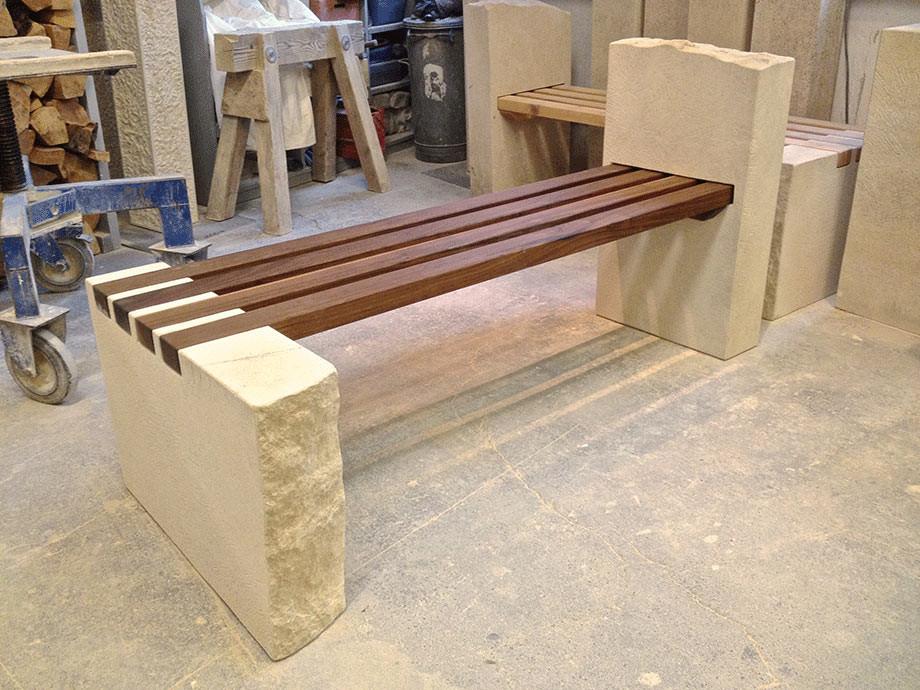 Gartenbank aus Thüster-Kalkstein und Nussbaum geölt. Die Sitzhölzer sind mit V2a Edelstahl zusammengefügt.