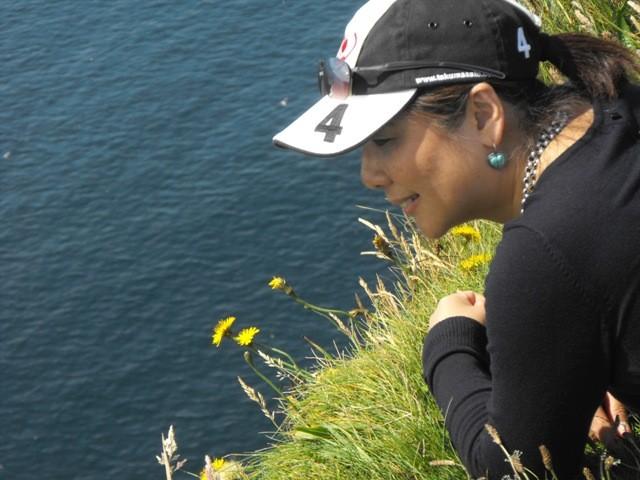 断崖の上の草むらに腹ばいになって下をのぞいてみる