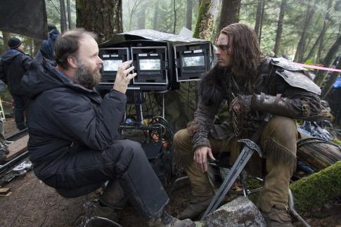 Marcus Nispel mit Karl Urban am Set von Pathfinder