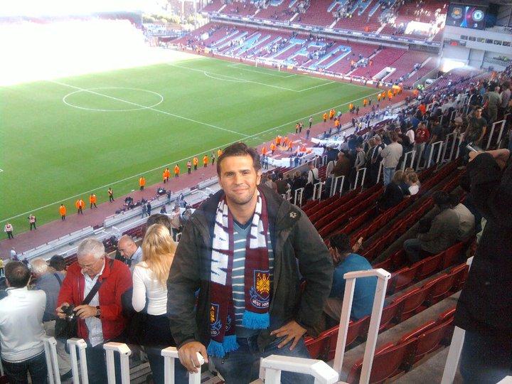 Mein jüngeres Ich vor ganzen 9 Jahren im legendären Boleyn Ground, stilecht mit West Ham Schal!