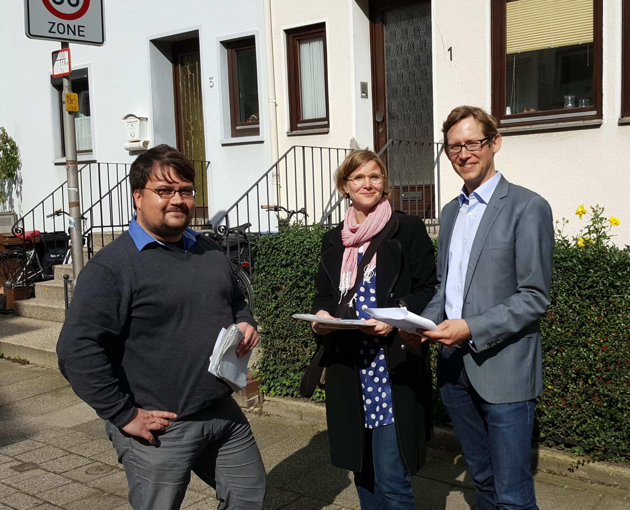 Bettina Rabe von der Bürgerinitiative mit Staatsrat Deutschendorf (re.) und Herrn Brüning vom Senator für Verkehr